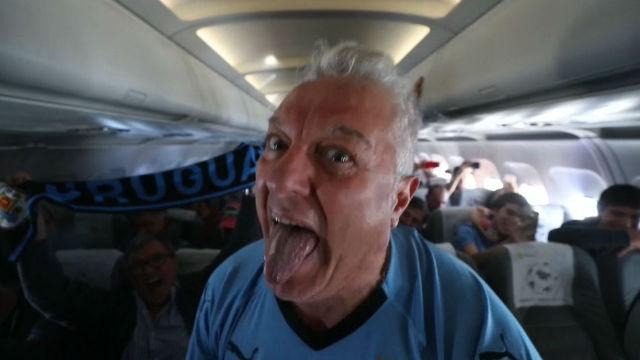 Así la lía la afición de Uruguay en un avión durante el Mundial