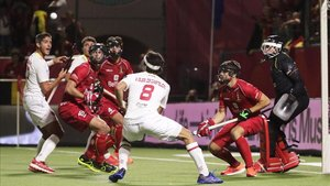 Bélgica y España se disputan una bola en la final