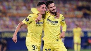 El centrocampista español del Villarreal, Alex Baena, celebra con el delantero español del Villarreal, Yeremi Pino (izq.), después de anotar el tercer gol de su equipo durante el partido de fútbol del grupo I de la UEFA Europa League entre el Villarr