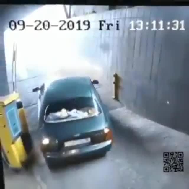Este conductor se vuelve viral por sus problemas con una barrera