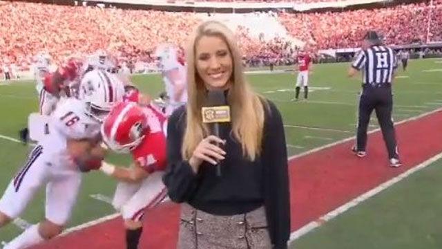 El increíble placaje a una reportera durante un partido de fútbol americano