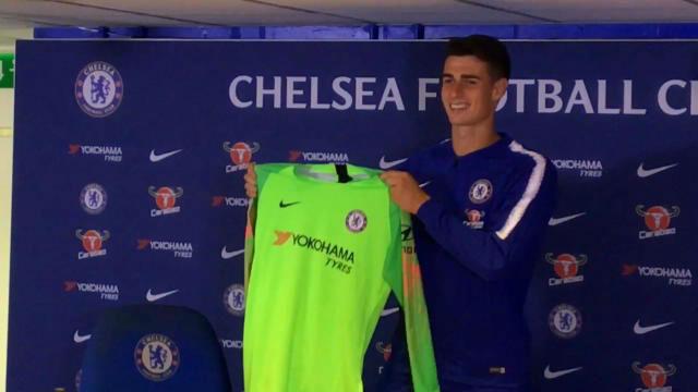 Kepa posa con la camiseta del Chelsea
