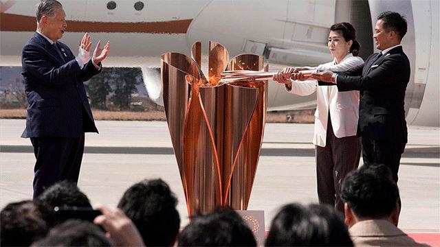 La llama de los JJOO de Tokio llega a Japón... ante cientos de personas agolpadas