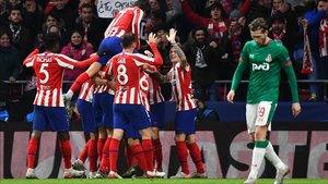 Los colchoneros celebrando el gol de Felipe
