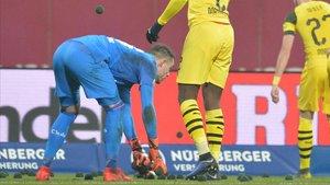 Los jugadores del Dortmund recogen las pelotas