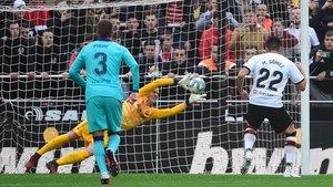 Maxi Gómez falló un penalti con 0-0 en el Valencia - Barça
