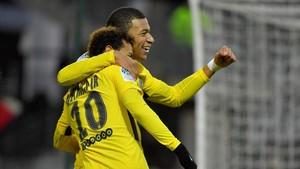 Mbappe abrazando a Neymar en una celebración