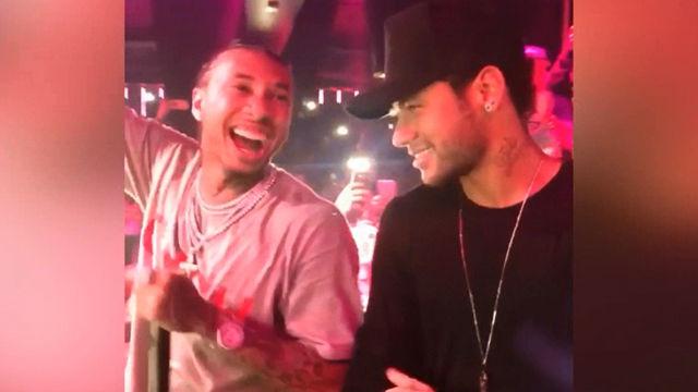 Neymar disfrutando de la fiesta junto al rapero Tyga