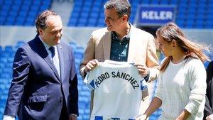 A Pedro Sánchez se le ha entregado una camiseta con su nombre