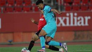 Ronald Araujo pelea con un balón con Take Cubo en Mallorca