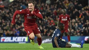 Shaqiri celebra un gol del Liverpool ante un compungido Eric Bailly
