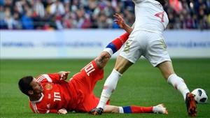 Söyüncü realiza una dura entrada sobre un rival