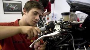 La Escuela Monlau Repsol prepara, durante años, jóvenes que puedan trabajar en los boxes de MotoGP y F-1.