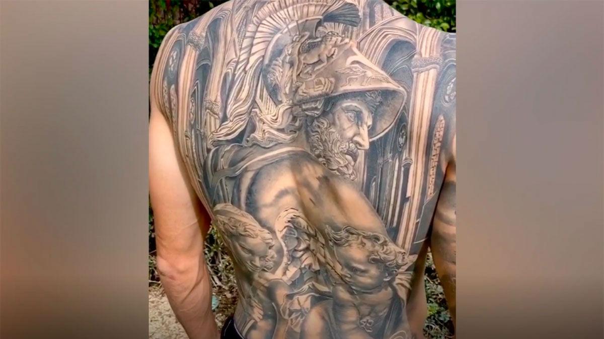 Bartra presenta su impresionante nuevo tatuaje: ¡le cubre toda la espalda!
