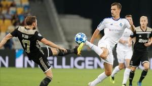 Blind disputa un balón con un jugador ucraniano