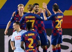 El delantero del Barcelona, Luis Suárez (C), celebra con sus compañeros tras marcar un penalti durante el partido de octavos de final de la Liga de Campeones de la UEFA entre el FC Barcelona y el Nápoles en el estadio Camp Nou de Barcelona.