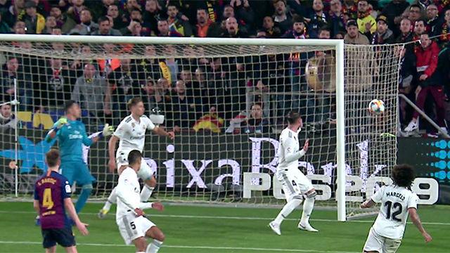 Va fuera, va fuera, tranquilos... pero no. Ramos se pasó de listo en el gol de Malcom