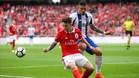 Grimaldo (rojo) y Tiquinho (azul) pugnan por un balón