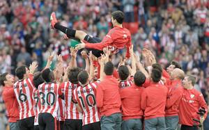Iraola fue manteado por sus compañeros al final del partido