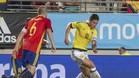 James se lleva el balón delante de Iniesta