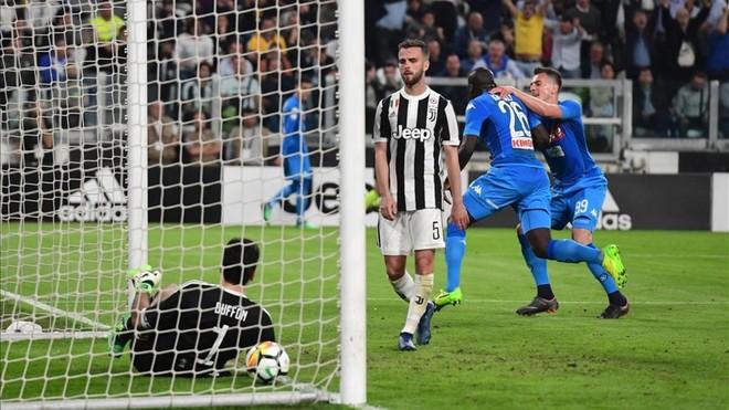 Koulibaly mete al Nápoles de cabeza en la lucha por el 'Scudetto'