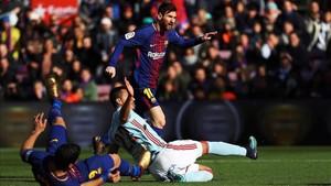 Leo Messi empató con un disparo raso el gol inicial de Aspas