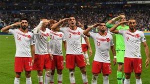 Los jugadores turcos hacen el saludo militar