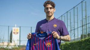 Ludovit Reis ya posa con la camiseta del Barça