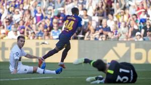 Malcom celebra su primer gol en el Camp Nou