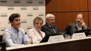 Marc, junto a los doctores Campistol y Adán y al actor Josep Mª Pou, durante el acto en el Clínic
