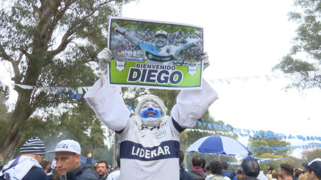 Lo más loco de la celebración de los hinchas de Gimnasia por el fichaje de Maradona