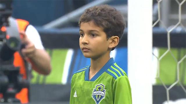 Un niño de ocho años juega de titular ante el Borussia y cumple su sueño