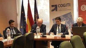 El presidente del Consejo General de Ingeniería Técnica Industrial de España (Cogiti), José Antonio Galdón, y el presidente del Consejo General de Economistas, Valentín Pich, durante unas jornadas sobre el sector industrial.