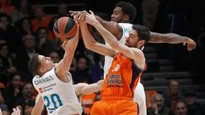 Una acción del partido entre el Valencia Basket y el Real Madrid de este martes