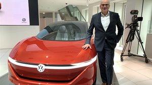 Jürgen Stackmann junto a un eléctrico de Volkswagen.