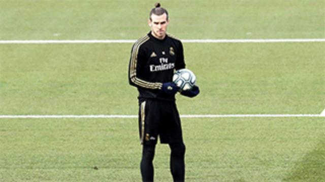 Bale la vuelve a liar: En el entreno bromea con jugar al golf