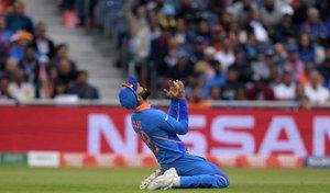 El capitán de la India, Virat Kohli, reacciona después de un intento fallido durante la primera semifinal de la Copa del Mundo de Cricket 2019 entre India y Nueva Zelanda en Old Trafford en Manchester, noroeste de Inglaterra.