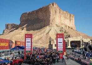 Carlos Sainz del equipo JCW X-Raid Team y su copiloto Lucas Cruz celebran su victoria con su equipo tras la última etapa del Rally Dakar 2020 en Qiddiya, Arabia Saudí.
