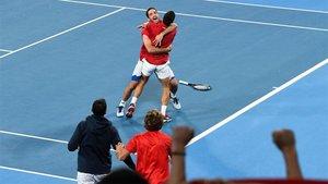 Djokovic y Troicki celebrando el triunfo de Serbia