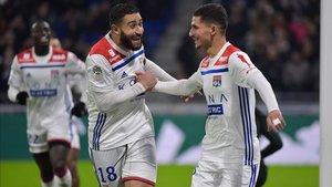 Fekir celebra su gol con sus compañeros