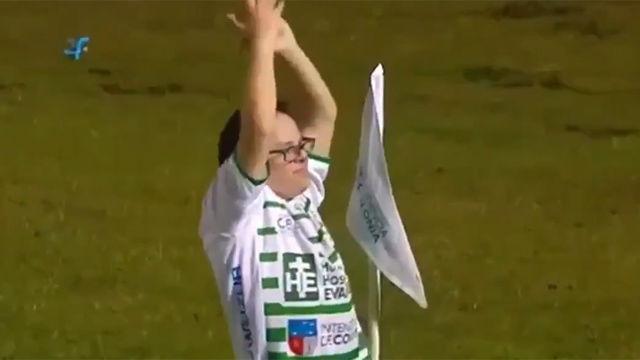El fútbol es inclusión: el portero de Peñarol cumple un sueño de un hincha rival