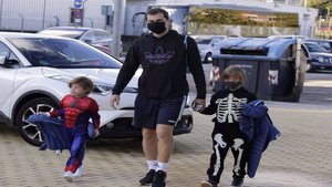 Iker Casillas se lo pasa en grande llevando a sus hijos disfrazados al colegio