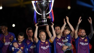 Iniesta celebra con sus compañeros el último título de Liga