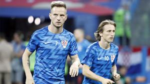 Ivan Rakitic y Luka Modric durante el calentamiento previo al partido entre Croacia y Rusia del Mundial de Rusia 2018