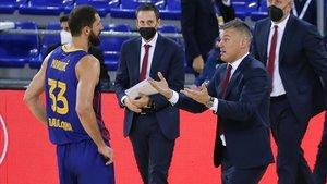 Jasikevicius dialoga con Mirtotic durante el último duelo de Euroliga