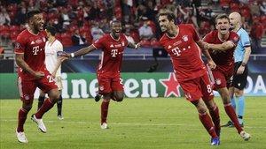 Javi Martínez celebra el gol de la victoria del Bayern ante el Sevilla