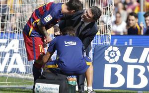 Leo Messi con Ricard Pruna tras su lesión en la rodilla