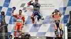 Lorenzo celebra la victoria en el podio de Catar con Dovizioso y Márque