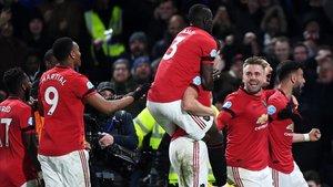 Los diablos rojos asaltaron Stamford Bridge.
