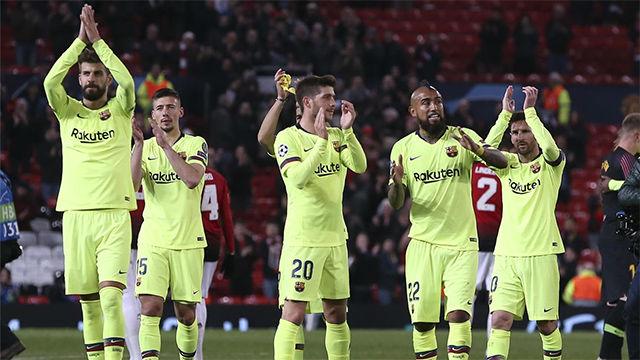 Los jugadores del FC Barcelona, satisfechos tras vencer en Old Trafford